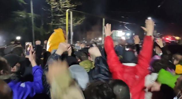 Конфронтация между полицией и протестующими вечером 13 апреля. Полиция арестовала 6 активистов Фото: TV Formula