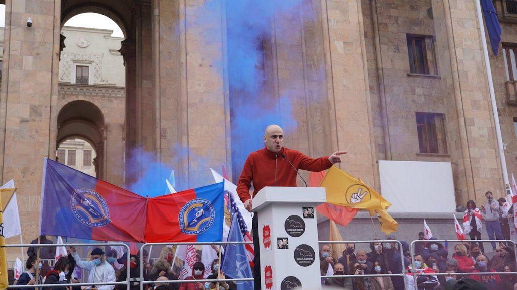Նիկա Մելիան՝ «Միացյալ ազգային շարժում» ընդդիմադիր կուսակցության առաջնորդն, ընտրությունների կեղծման դեմ ակցիայի ժամանակ, 2021 թ-ի նոյեմբերի 14։ Լուսանկարը՝ Դավիթ Պիպիայի, JAMnews