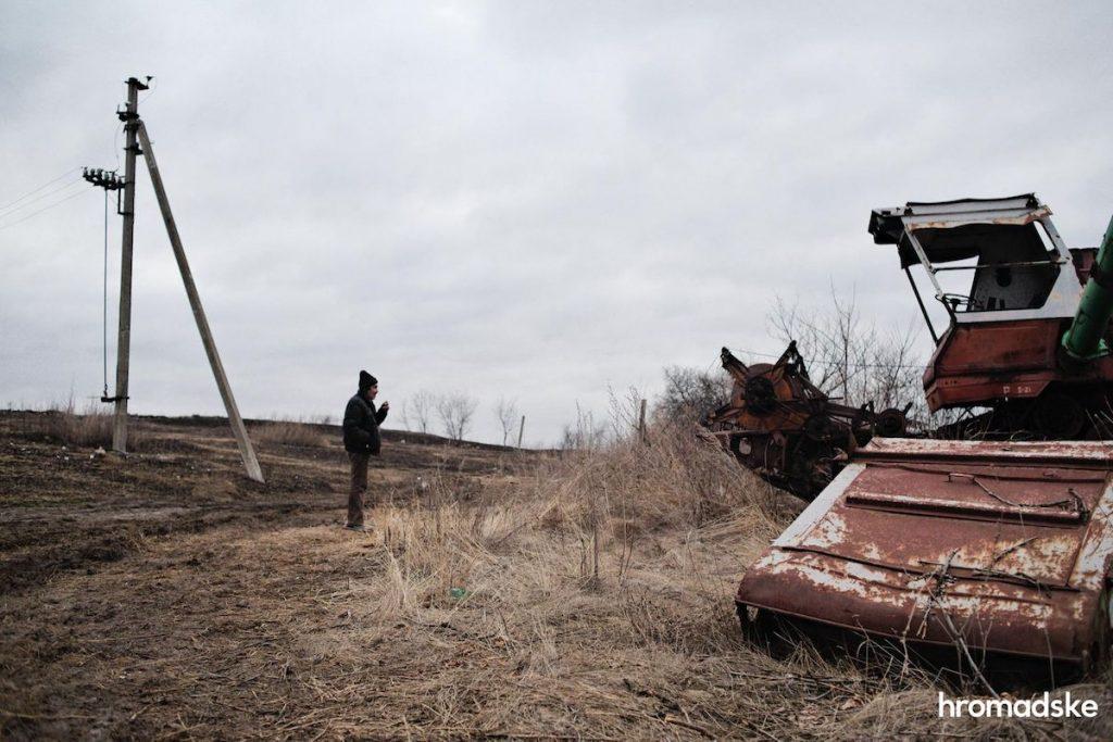 Владимир Алексеевич показывает журналистам hromadske, что осталось от села Новоалександровка Фото: Макс Левин/hromadske