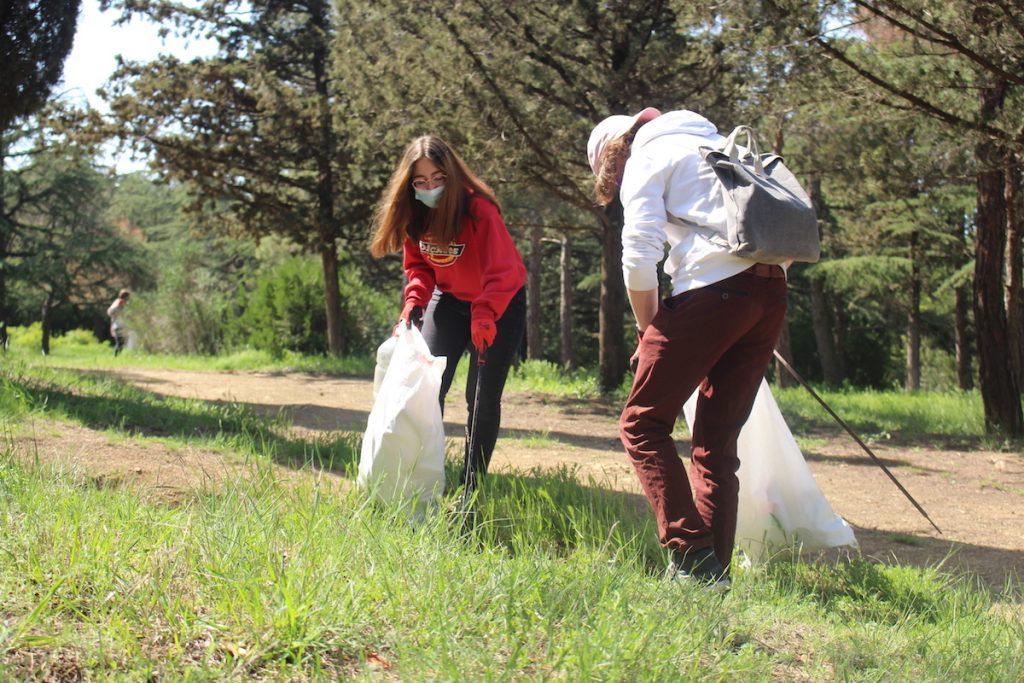 Вывоз мусора с берега Тбилисского моря. В субботнике приняли участие волонтеры из разных стран.