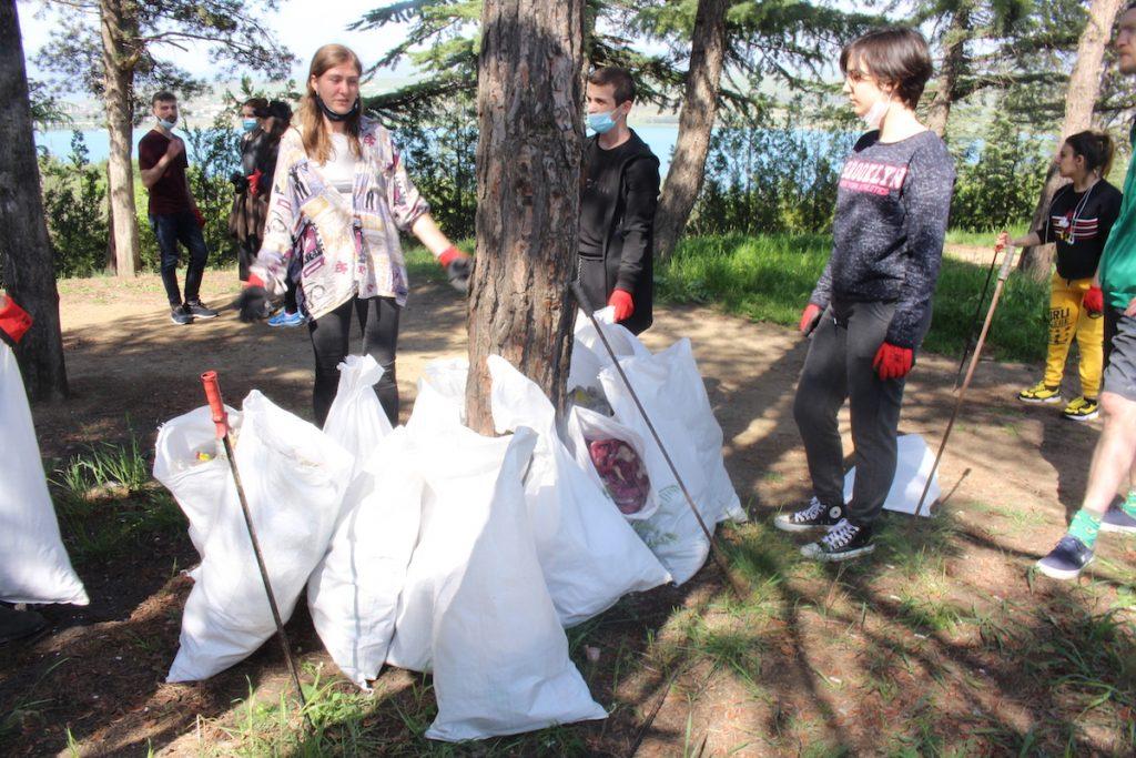 Вывоз мусора с берега Тбилисского моря. «Как молодежная организация, мы обязаны подавать пример и обучать молодежь заботиться о месте, в котором они живут», - заявляет организатор Кьяра Каттанео.