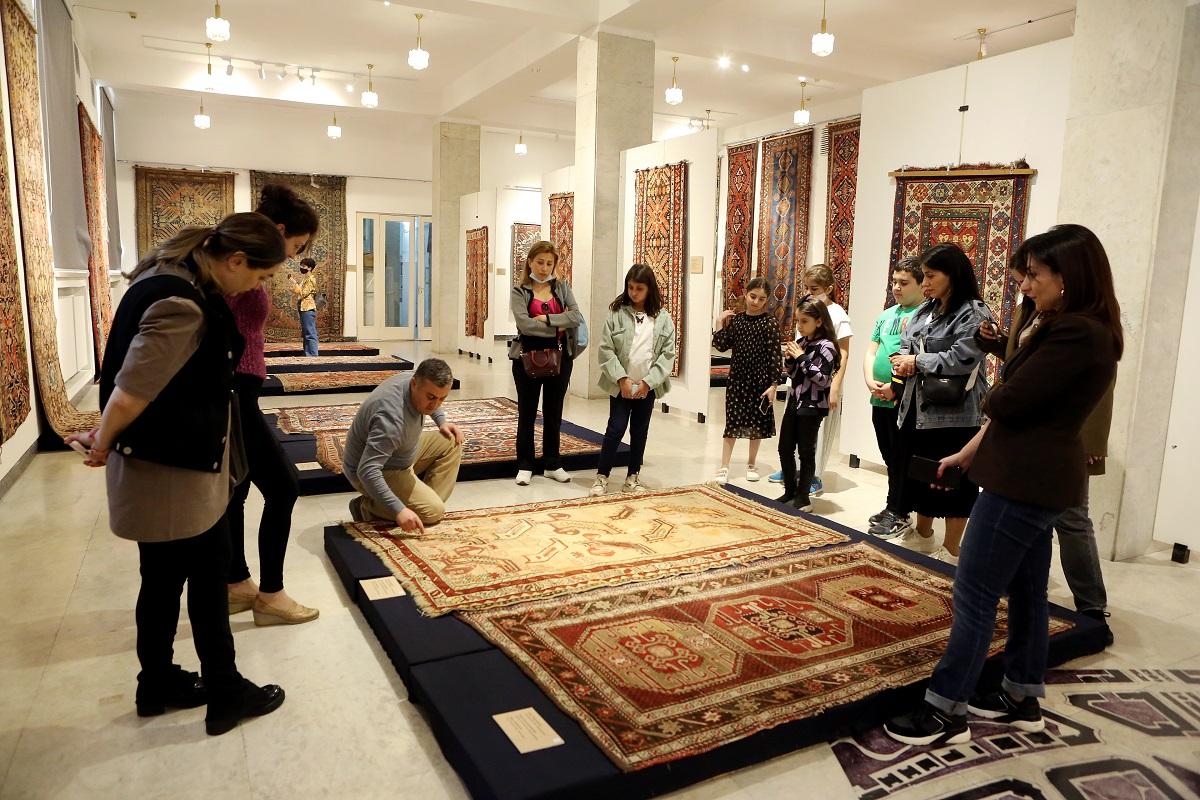 Экспонаты музея ковров Шуши в Ереване