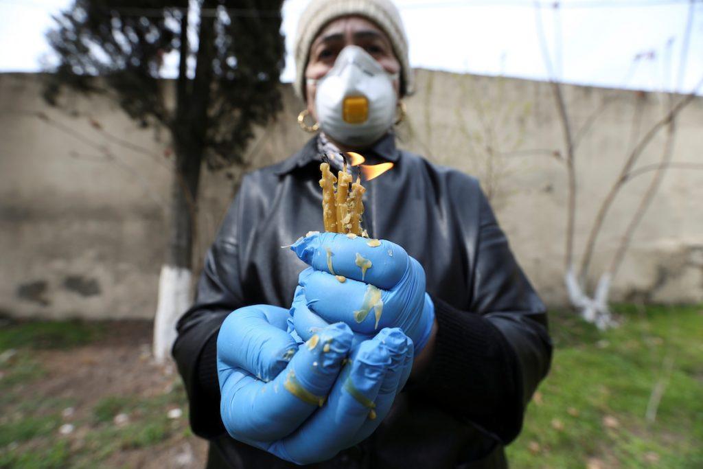 Gürcüstanda Pasxa ənənələri. Marneuli, Gürcüstan, 12 aprel 2020-ci il. REUTERS / İrakli Qedenidze