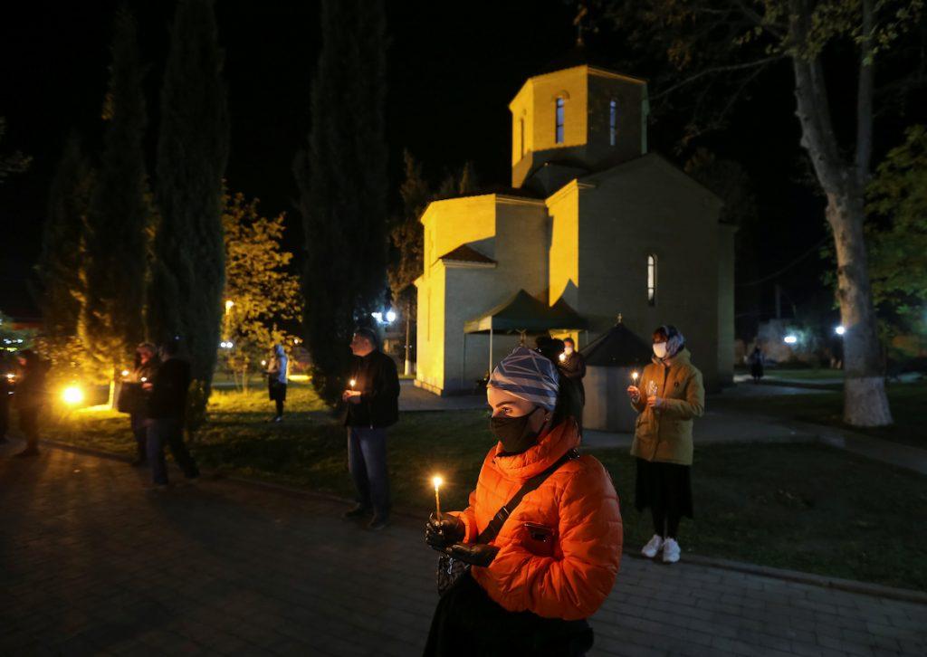 Դիմակներով հավատացյալները եկեղեցու մոտ հեռավորություն են պահպանում Զատկի ուղղափառ պատարագի ժամանակ։ 2020 թ-ի ապրիլի 18։ Մարնեուլի, REUTERS /