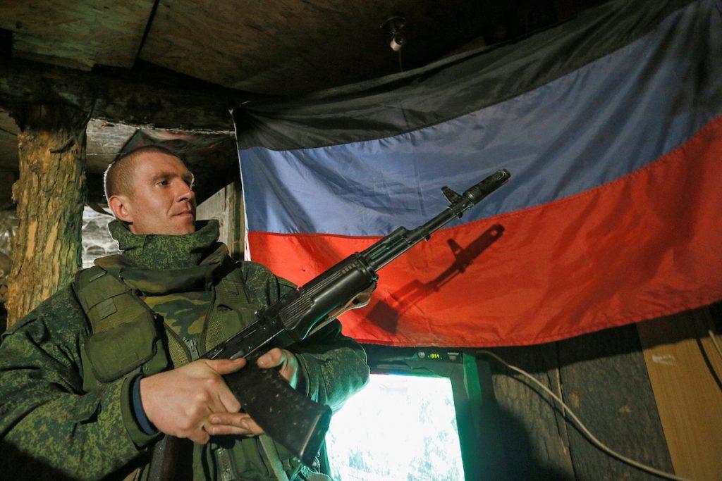 Военный самопровозглашенной Донецкой народной республики на востоке Украины на позициях, 2 апреля 2021 г. REUTERS/Alexander Ermochenko