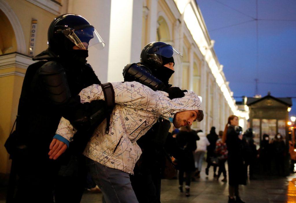 დემონსტრანტის დაპატიმრება ალექსეი ნავალნის მხარდასაჭერ აქციაზე რუსეთში, სანქტ-პეტერბურგში. 2021. 21 აპრილი. REUTERS /Anton Vaganov