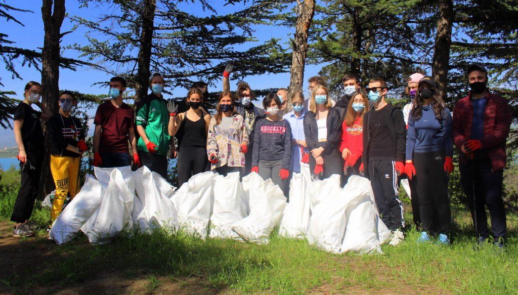 Вывоз мусора с берега Тбилисского моря. Более 20 волонтеров присоединились к акции по уборке, чтобы отпраздновать День Земли