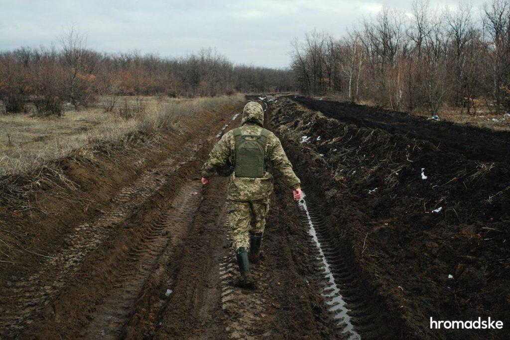 Военный показывает путь к селу Новоалександровка по грунтовой дороге, на которой обычный транспорт не сможет проехать Фото: Макс Левин/hromadske
