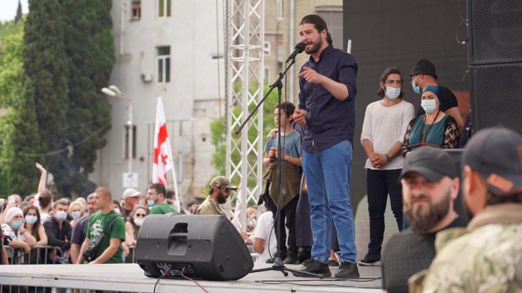 В Тбилиси 23 мая прошел многотысячный протест против строительства Намахванской ГЭС в регионе Имерети, в непосредственной близости от второго по величине после столицы города Кутаиси. Один из организаторов акции Варлам Голетиани. Фото: JAMnews/Давид Пипиа