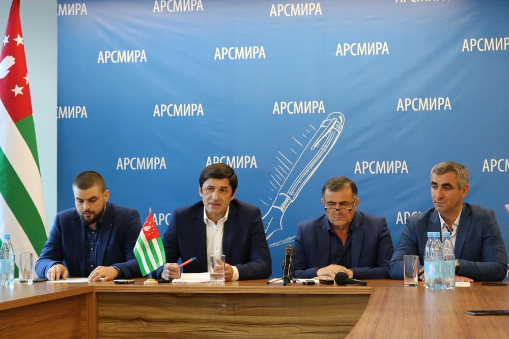 """Aruaa members briefing. Photo: """"Nuzhnaya Gazeta"""""""