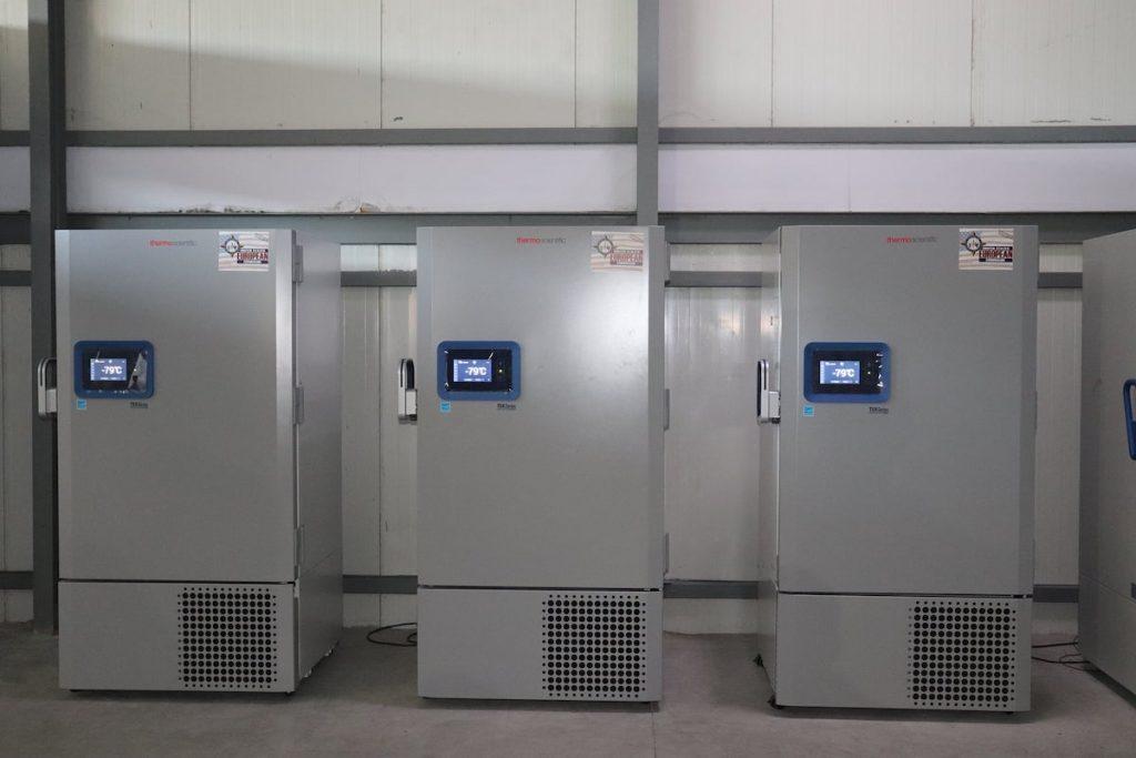 Холодильники, в которых хранится вакцина Pfizer. Фото: NCDC