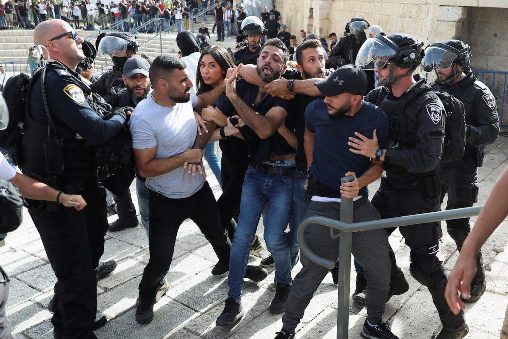 Задержание палестинца во время столкновений в Старом городе в Иерусалиме. 10 мая, 2021. REUTERS/Ronen Zvulun Что происходит в израильско-палестинском конфликте