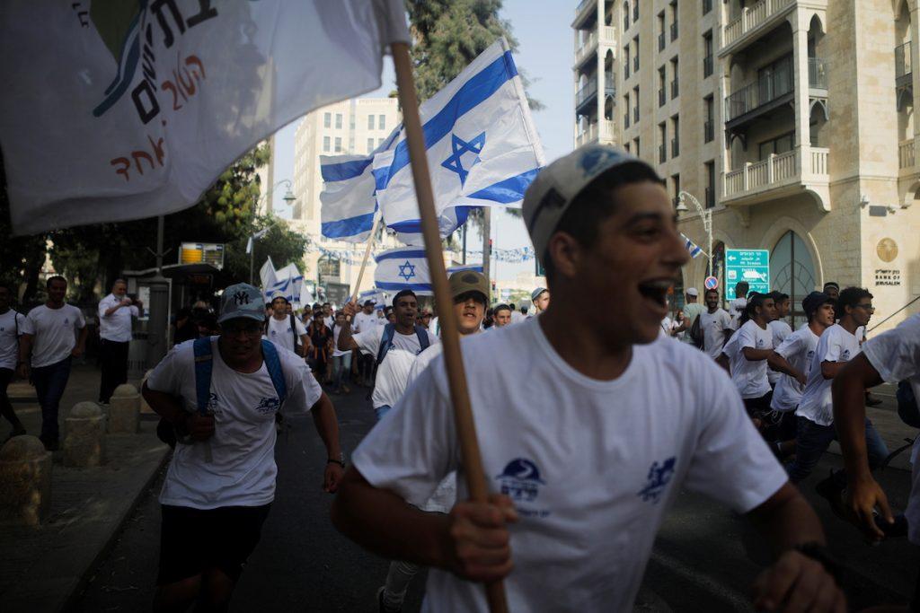 Марш израильтян, посвященный Дню Иерусалима, на фоне израильско-палестинского обострения. 10 мая, 2021. REUTERS/Nir Elias Что происходит в израильско-палестинском конфликте