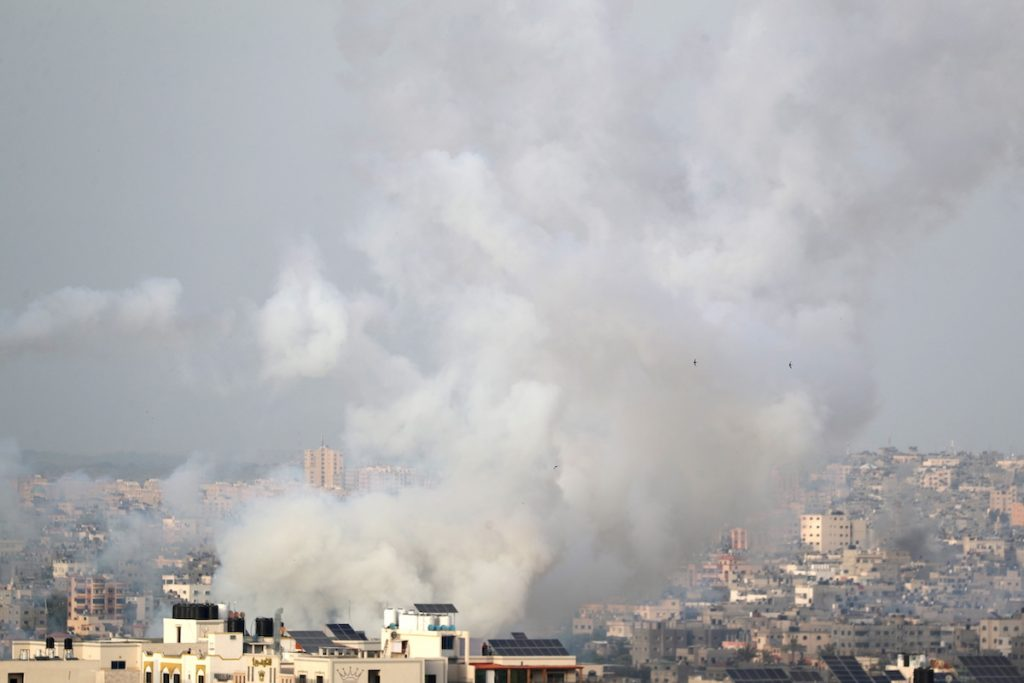 Дым от ракет, выпущенных палестинскими боевиками по Израилю. 10 мая, 2021. REUTERS/Mohammed Salem Что происходит в израильско-палестинском конфликте