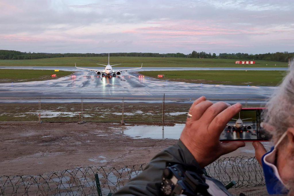 Самолет авиакомпании Ryanair прибыл в Вильнюс после вынужденной остановки в Минске и ареста его пассажиров - белорусского журналиста и блогера Романа Протасевича и его подруги. Вильнюс,  23 мая 2021. REUTERS/Andrius Sytas