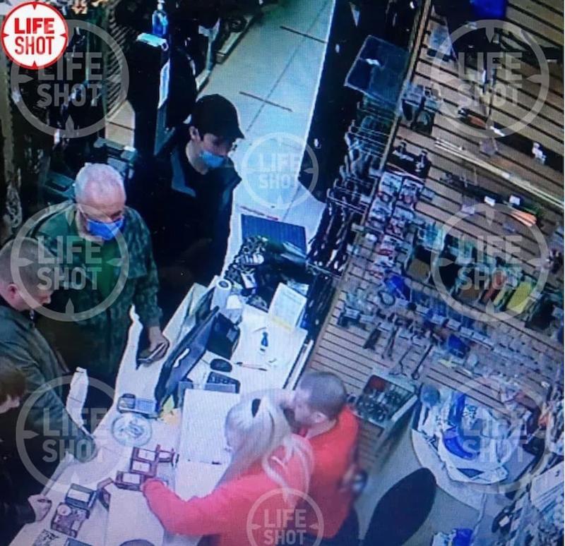 თავდასხმა ყაზანის სკოლაზე.იარაღის მაღაზიის კამერა. ილნაზ გალიავიევი იარღს ყიდულობს. ფოტო გამოაქვეყნა Life- მა
