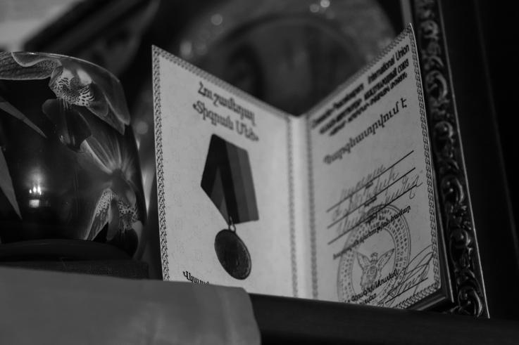 Տարոնի հետմահու  հուշամեդալ-պարգևատրումը: 24 տարեկան Տարոնը Արցախի երկրորդ պատերազմի ժամանակ որպես կամավոր մեկնել էր Արցախ և զոհվել հակառակորդի ԱԹՍ-ի հարվածից։