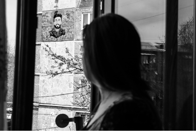 Սակայն տնից դուրս գալն էլ է Լաուրայի մոտ հուշեր արթնացնում որդու մասին: Նրա պատվին մոտակա եկեղեցու բակում կառուցել են ցայտաղբյուր: 24 տարեկան Տարոնը Արցախի երկրորդ պատերազմի ժամանակ որպես կամավոր մեկնել էր Արցախ և զոհվել հակառակորդի ԱԹՍ-ի հարվածից։