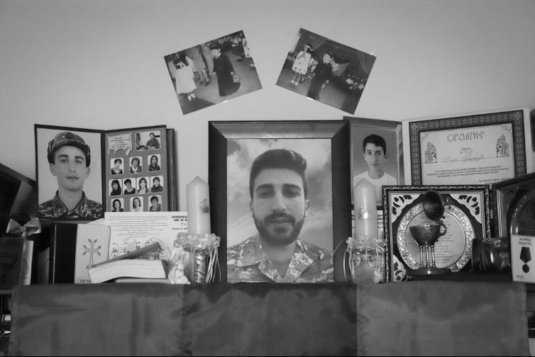 Լաուրայի տան հյուրասենյակի պահարանն է։ 24 տարեկան Տարոնը Արցախի երկրորդ պատերազմի ժամանակ որպես կամավոր մեկնել էր Արցախ և զոհվել հակառակորդի ԱԹՍ-ի հարվածից։