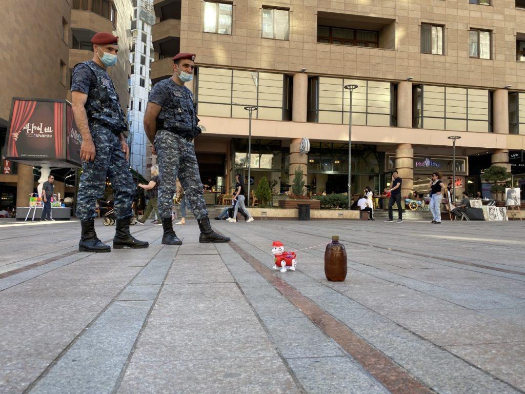 პოლიციის მუშაობა რესპუბლიკის მოედნის მიღმა არც ისეთი დატვირთული იყო. ფოტო: ანი მინასიანი
