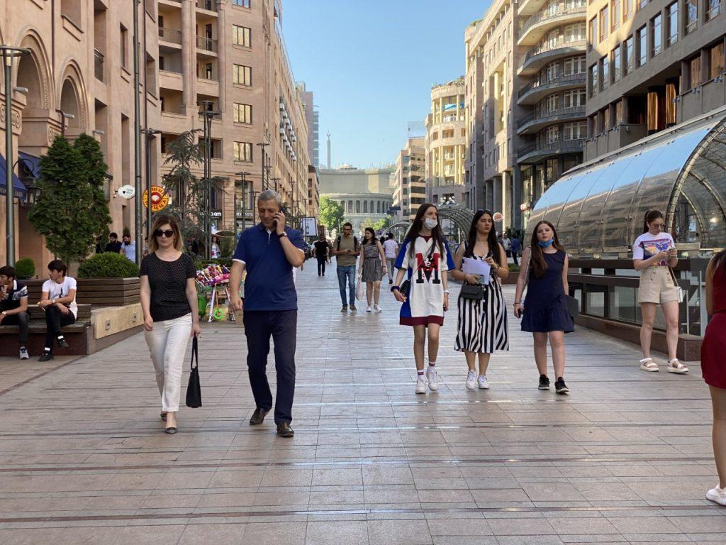 Respublika Meydanında mitinqlər gedəndə insanlar Şimal prospektində rahat gəzirdi. Foto: Ani Minasyan