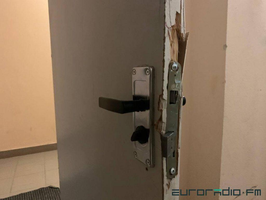 გატეხილი კარი tut.by-ს მთავარი რედაქტორის მარინა ზოლოტოვას სახლში ჩხრეკის შემდეგ / Euroradio