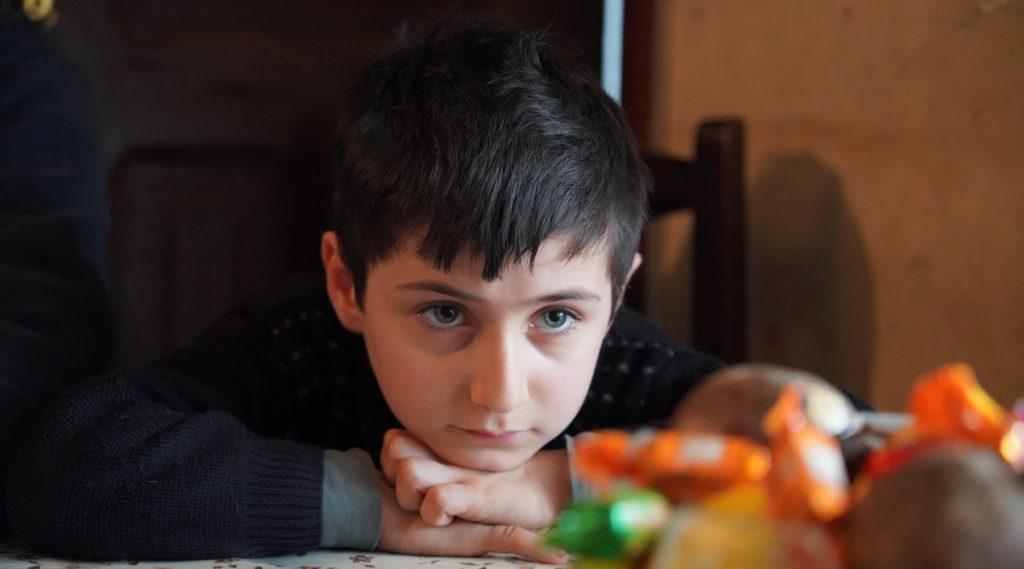 На фото Амиран. Ему был год и восемь месяцев, когда его мать уехала в Италию. Сейчас ему семь лет. И все эти годы маму он видит только на экране телефона или компьютера. Фото: Давид Пипиа / JAMnews. как живут дети в Грузии