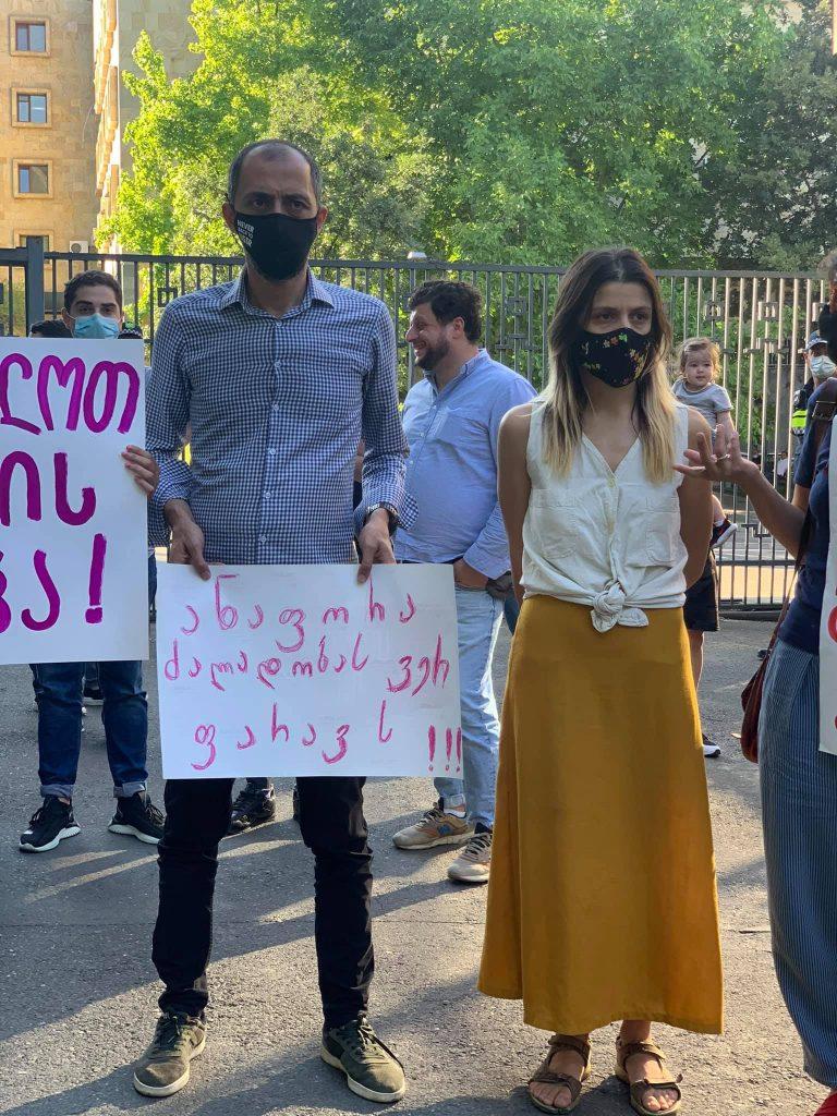 Протест перед зданием генпрокуратуры в Тбилиси с требованием впустить правозащитников в детский дом под патронажем церкви в Ниноцминда в Грузии. Фото: Саломе Баркер
