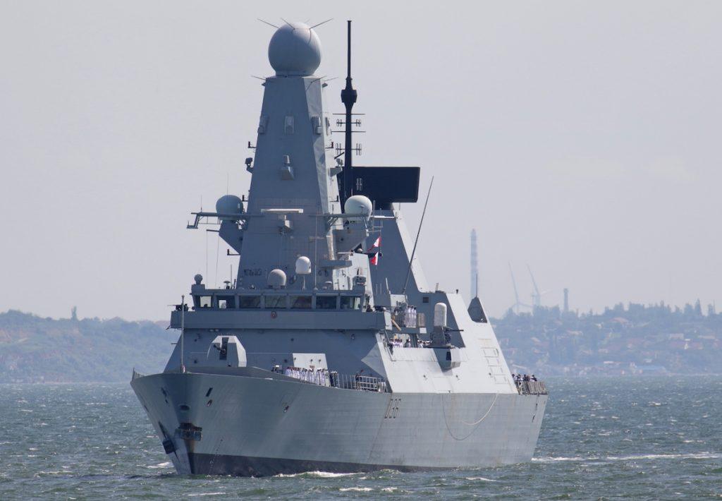 Эсминец  Defender Королевского военно-морского флота Великобритании в Одессе, Украина.  18 июня 2021. REUTERS/Sergey Smolentsev