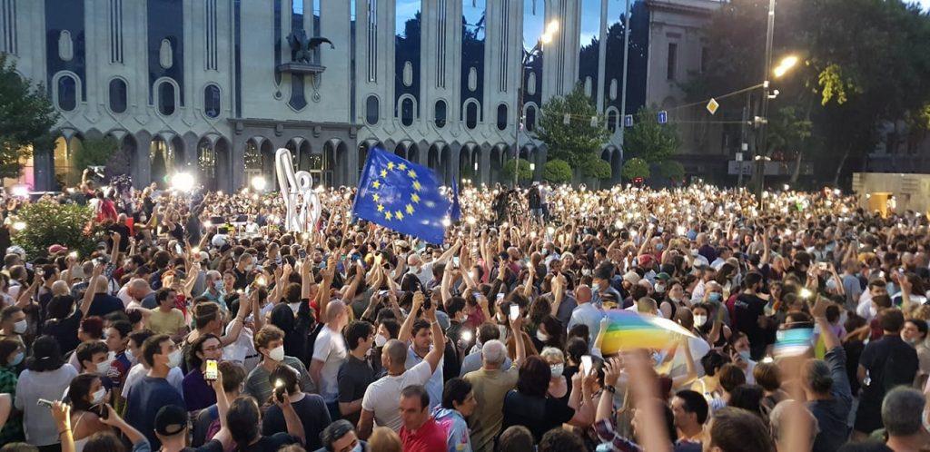 В Тбилиси проходят две противостоящие акции. Фото: Netgazeti