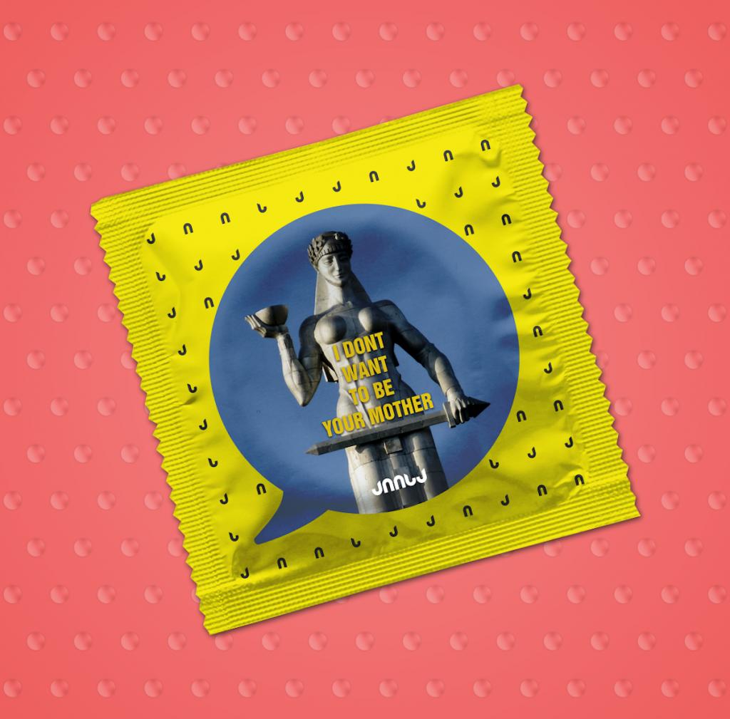 """""""Aiisa"""" (""""Həminki"""") şirkətinin prezervativlərinin qablaşdırmasında """"Ana Gürcüstan"""" abidəsinin əksi. Yazı: """"Mən sizin ananız olmaq istəmirəm"""""""