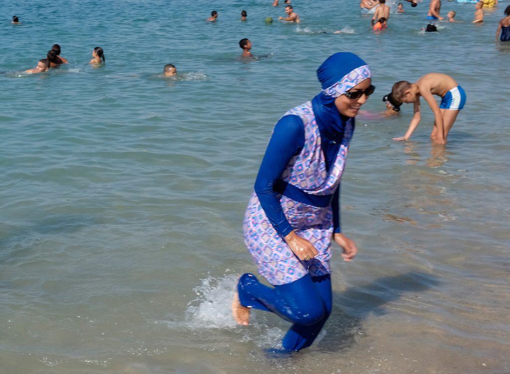 ქალები ბურქინით პლაჟზე, საფრანგეთი. REUTERS