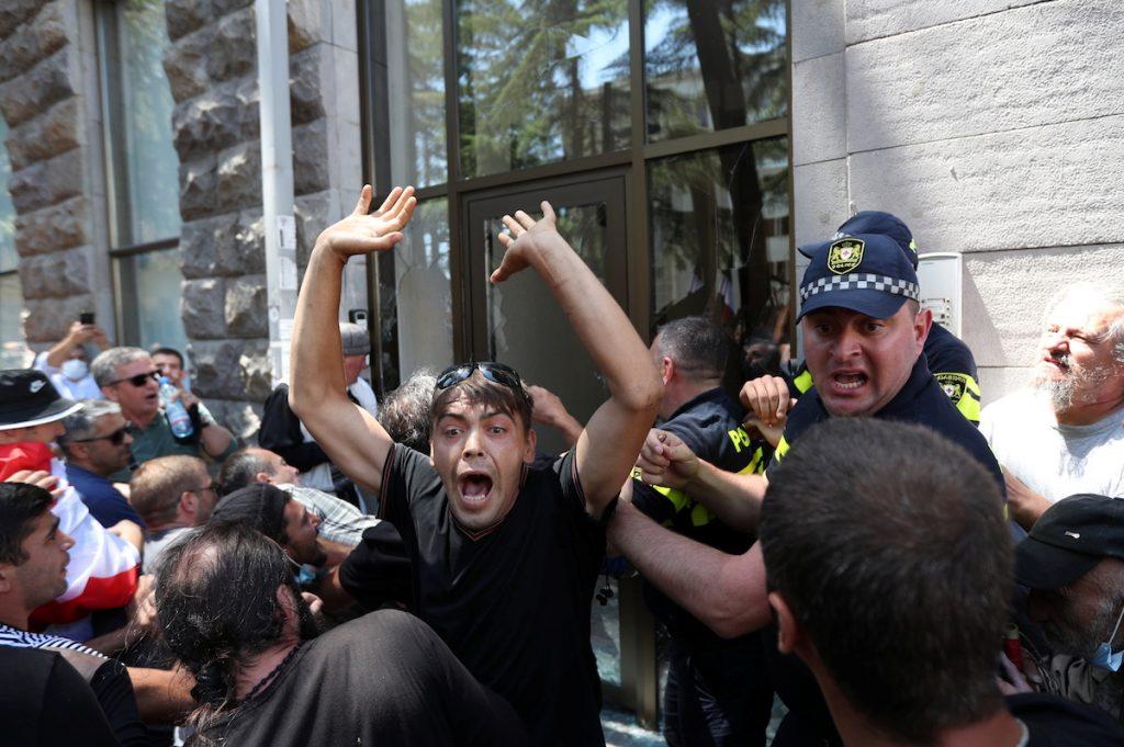 Թբիլիսիում ԼԳԲՏ-փրայդի հակառակորդներն ավերում են կազմակերպության գրասենյակը, 2021 թ-ի հուլիսի 5։ REUTERS/Irakli Gedenidze