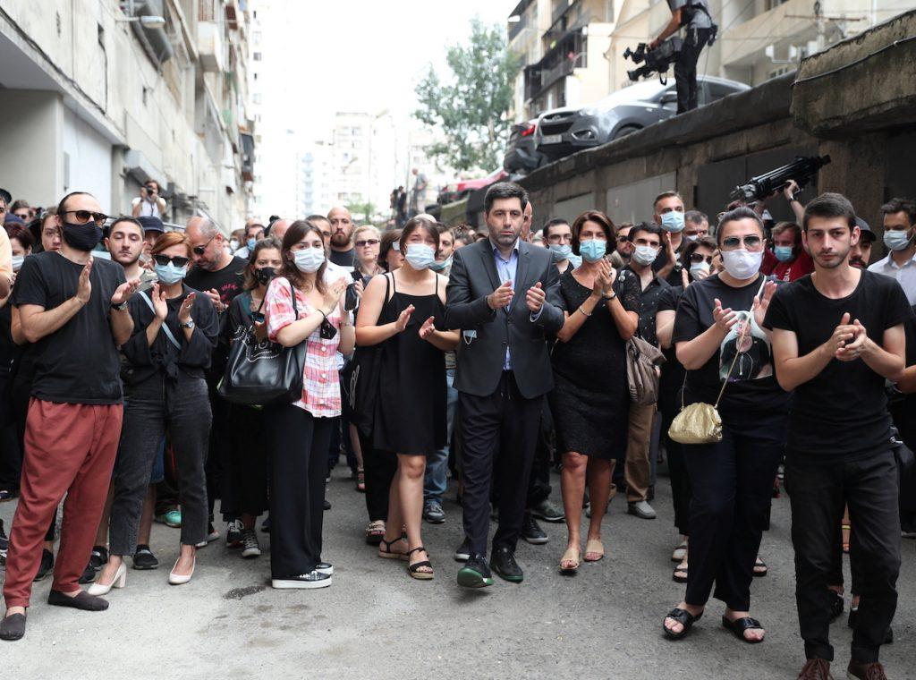 """TV პირველის"" ოპერატორის ლექსო ლაშქარავა დარკძალვა, თბილისი,   13 ივლისი 2021 წ.  REUTERS/Irakli Gedenidze"