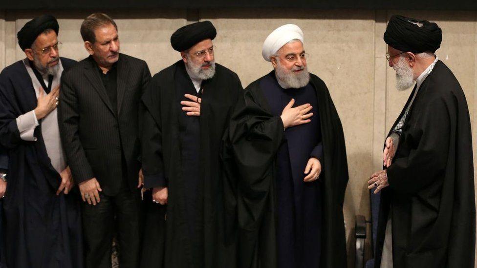 ებრაჰიმ რაისი (ცენტრში) და ირანის წინა პრეზიდენტი ჰასან როუჰანი (მარჯვნიდან მეორე) აიათოლა ხამენეის ესალმებიან, 2020 წელი