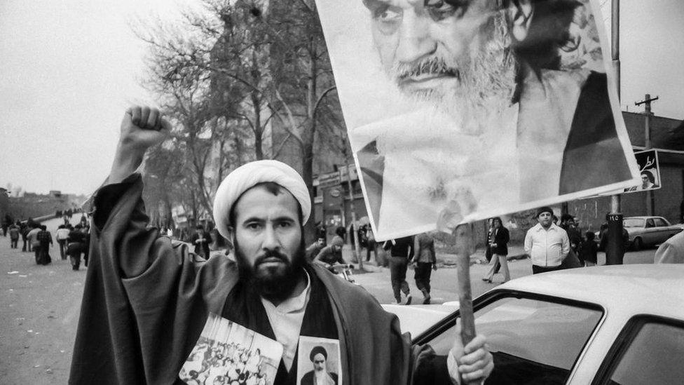 ირანი ისლამურ რესპუბლიკად იქცა 1979 წლის რევოლუციის შემდეგ, სადაც აიათოლა ხომეინი უზენაესი სულიერი ლიდერის როლში მოგვევლინა