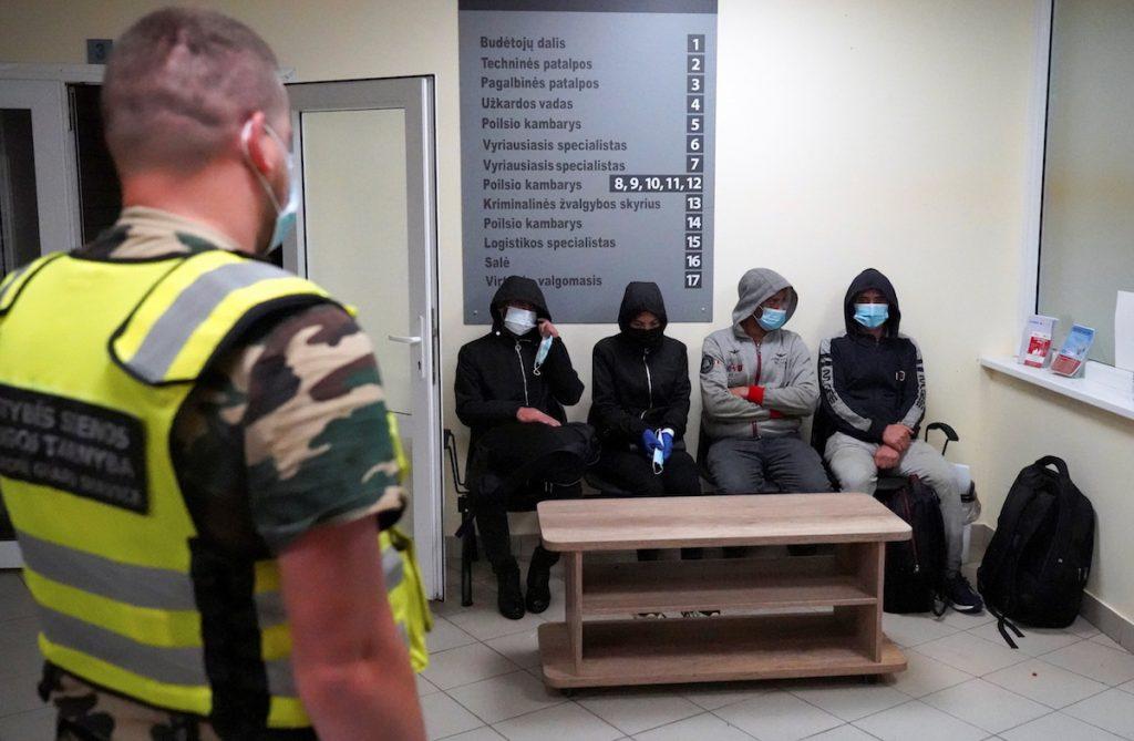 Задержанные мигранты на контрольно-пропускном пункте литовских пограничников недалеко от Калвяй, Литва, 7 июля 2021 года. REUTERS/Janis Laizans