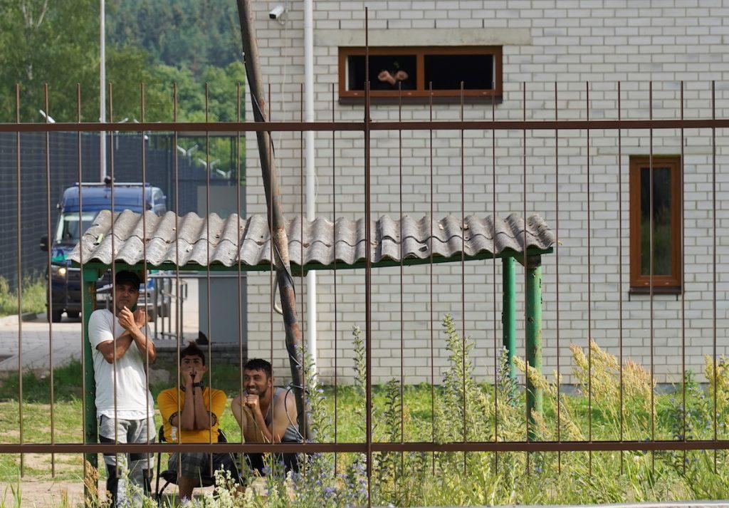 Задержанные литовскими пограничниками мигранты в центре содержания мигрантов в Пабраде, Литва, 6 июля 2021 года. REUTERS/Janis Laizans