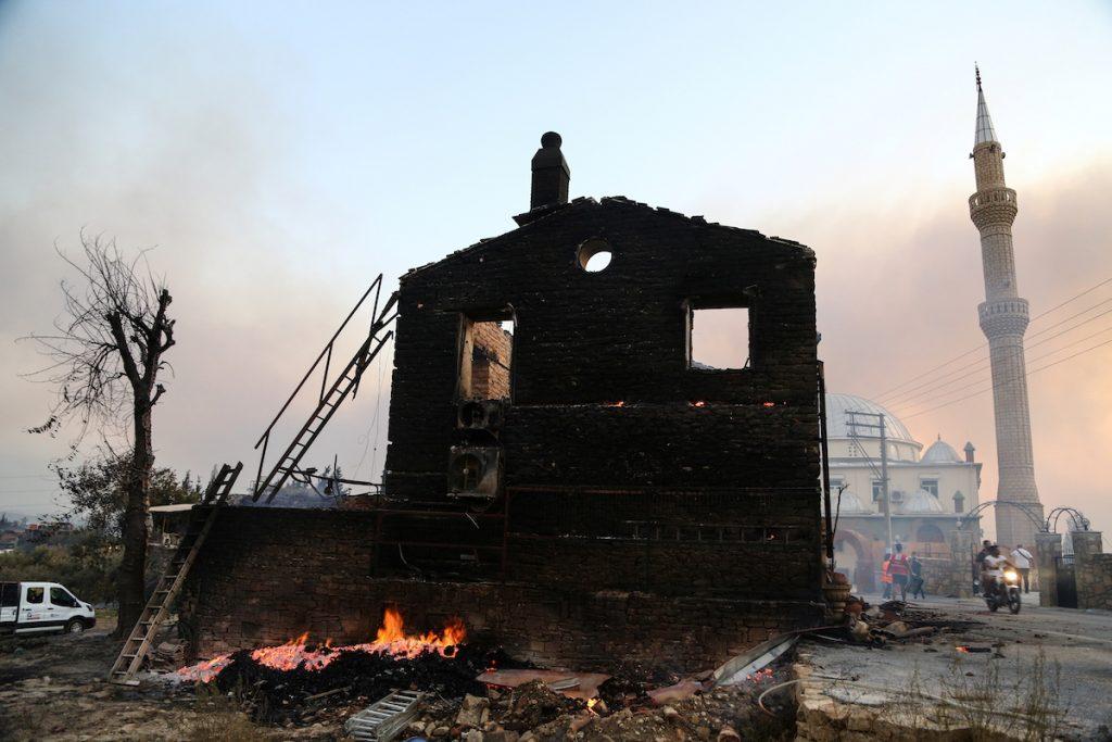 Сгоревший дом в городе Манавгат, в 75 км от курортного города Анталия в Турции. 28 июля, 2021. REUTERS / Kaan Soyturk. Лесные пожары в Турции и террористы