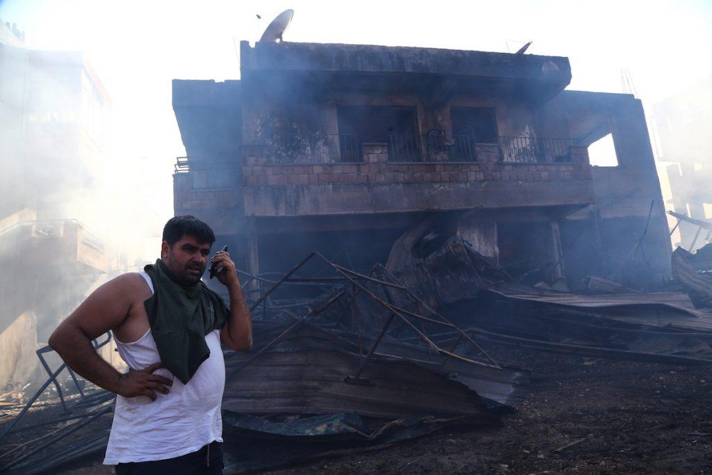 Житель города Манавгат у своего сгоревшего дома во время масштабных лесных пожаров в Турции. Город находится в 75 км к востоку от курортного города Анталия. 28 июля, 2021. REUTERS / Kaan Soyturk. Лесные пожары в Турции и террористы