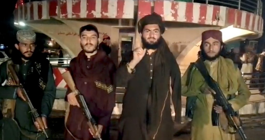 Թե ինչպես Թալիբանը գրավեց Աֆղանստանը «Թալիբանի» զինյալները հաղորդագրություն են ձայնագրում Փուլի-Խումրիի գրավումից հետո, որն Աֆղանստանի Բագլան շրջանի մայրաքաղաքն է։ Լուսանկարը՝ Reuters-ի, արված է 2021 թ-ի օգոստոսի 10-ին «Թալիբանի» հրապարակած տեսանյութից