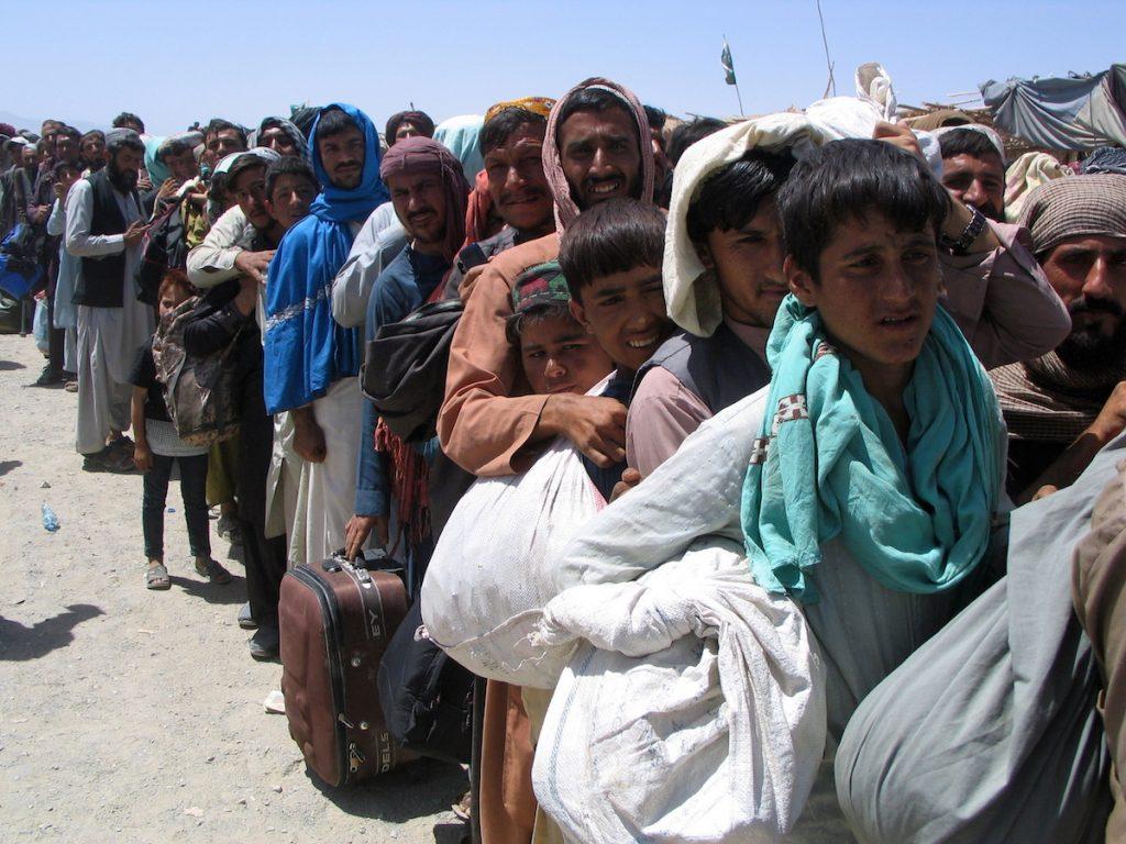 Թե ինչպես Թալիբանը գրավեց Աֆղանստանը Մարդիկ սպասում են Աֆղանստանից Պակիստան տեղափոխվելու համար սահմանը հատելու հնարավորությանը Չաման պակիստանա-աֆղանական սահմանամերձ բնակավայրում։ 2021 թ-ի օգոստոսի 13։ REUTERS / Saeed Ali Achakzai