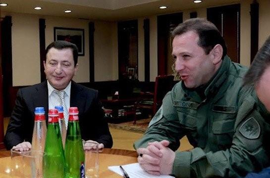 Լուսանկարը՝ aravot.am-ի։ Աջից՝ Տոնոյանը, ձախից՝ Գալստյանը