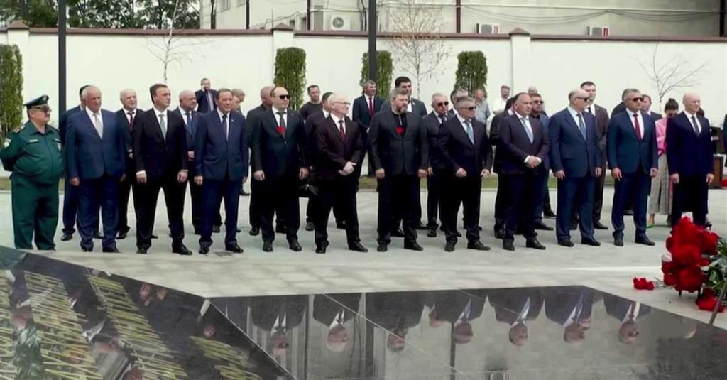 ალექსეი მაქსიმოვი (მეექვსე მარჯვნივ) აფხაზეთის პრეზიდენტის ასლან ბჟანიას სამხრეთ ოსეთში ვიზიტის დროს