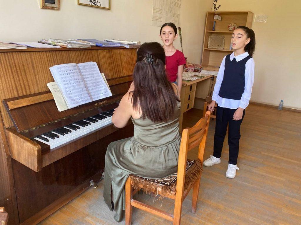 გაკვეთილი ხელოვნების სკოლაში. ფოტო: JAMnews