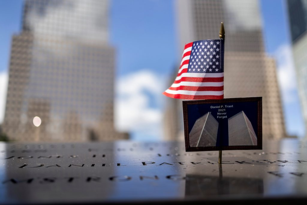 Открытка с изображением башен-близнецов и Мемориала 9/11. Она выпущена накануне 20-й годовщины терактов 11 сентября 2001 года на Манхэттене в Нью-Йорке. 10 сентября, 2021. REUTERS/Carlos Barria