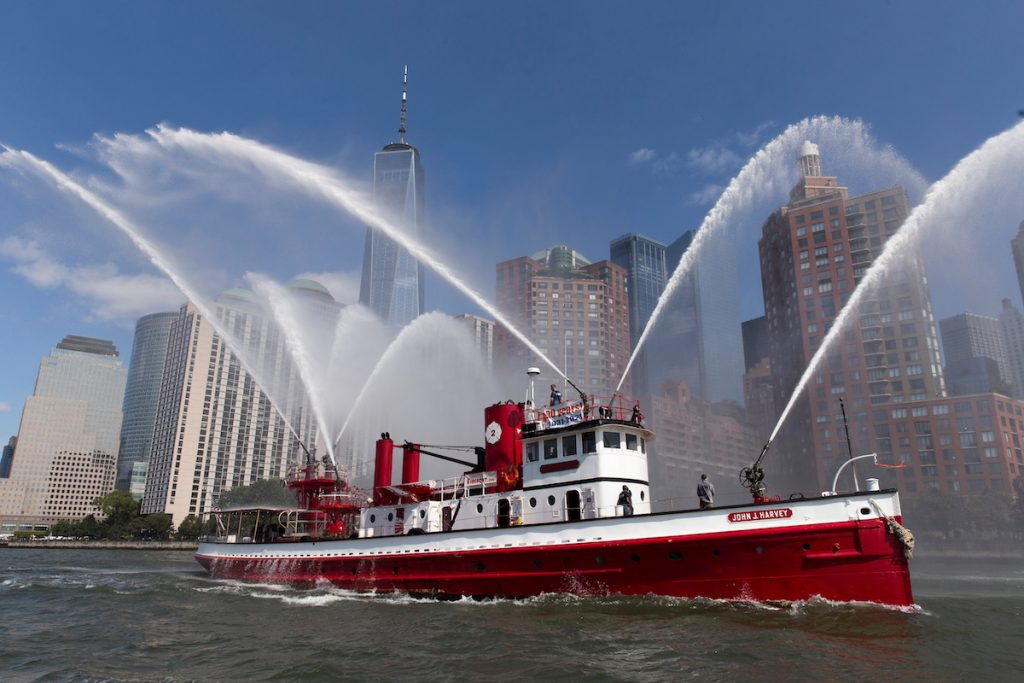 Морская флотилия отмечает 20-ю годовщину терактов 11 сентября в гавани Нью-Йорка. 10 сентября, 2021. REUTERS/Bjoern Kils