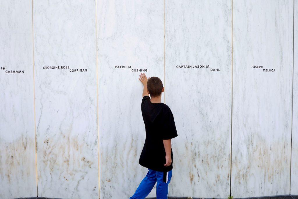 Посетитель у Мемориала в Стойстауне, штат Пенсильвания, США. 10 сентября, 2021. REUTERS/Hannah Beier
