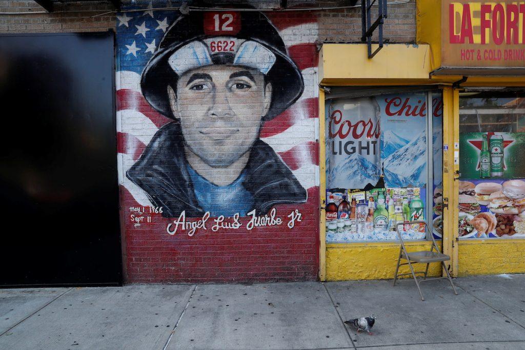 Граффити в память о пожарном Анхеле Луисе Хуарбе, погибшем при спасении людей во время теракта на Манхэттене в Нью-Йорке 11 сентября 2001 года. Бронкс, Нью-Йорк, 10 сентября, 2021.  REUTERS/Shannon Stapleton