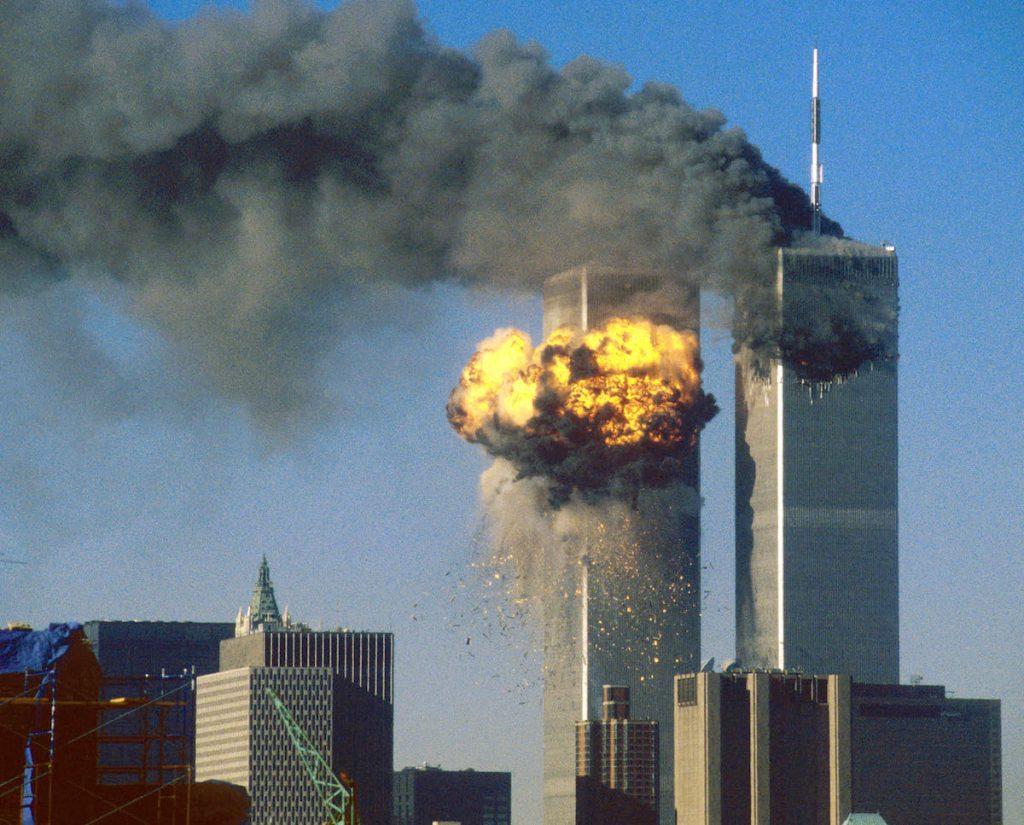 Южная башня Всемирного торгового центра (L) загорелась после того, как в нее врезался угнанный самолет рейса 175 авиакомпании United Airlines. Торговый комплекс, где в обычный день находились более 40 000 человек, был частью скоординированной атаки, направленной на финансовое сердце страны. Они разрушили один из самых ярких символов власти и финансовой мощи Америки и оставили Нью-Йорк и мир в потрясении